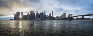 Horizonte de Estados Unidos, Nueva York, al caer el sol - foto de stock