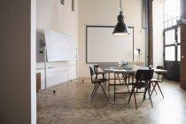 Innenraum des leeren Sitzungssaals in modernen Büros — Stockfoto