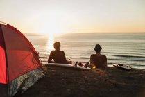 Dois melhores amigos, apreciando o pôr do sol na praia — Fotografia de Stock