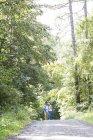 Actif mignon couple sénior câlin et marche dans le parc — Photo de stock