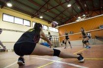 Волейболист копает мяч во время волейбольного матча — стоковое фото