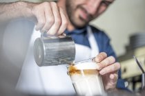 Barista using espresso machine — Stock Photo