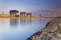 Германия, Кельн, вид кран дома в Рейн гавань и Кельнского собора в фоновом режиме — стоковое фото