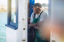Pêcheur caucasien professionnel travaillant sur chalutier — Photo de stock