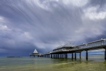 Германия, Узедом, Херингсдорф, бурные пасмурное небо над морской мост — стоковое фото