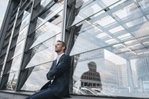 Deutschland, Berlin, Geschäftsmann, sitzen am Potzdamer Platz gerade etwas — Stockfoto