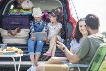 Glückliche Familie auf einem Roadtrip eine Pause am Straßenrand — Stockfoto