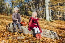 Гензель и Гретель, мальчик и Девочка сидит в лесу на стволе дерева — стоковое фото