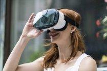 Рыжая женщина в очках виртуальной реальности — стоковое фото