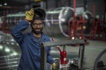 Портрет зварювальника носіння зварювальні маски на заводі — стокове фото