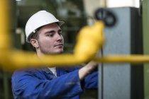 Работник эксплуатации машины в фабрике — стоковое фото