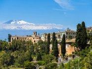 Мальовничий пейзаж з видом на прибережному місті та гір на фоні, Сицилія (Італія) — стокове фото