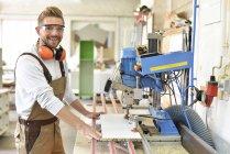 Porträt eines selbstbewussten Tischlers in seiner Werkstatt — Stockfoto