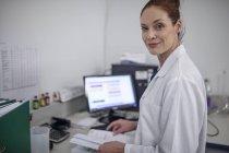 Портрет улыбаясь кавказской женщины в лаборатории — стоковое фото