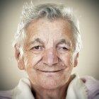 Портрет усміхається жінка старший, дивлячись на камеру — стокове фото