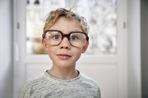 Портрет хлопчика одягнений негабаритні окуляри — стокове фото