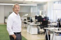Бізнесмен, стоячи в офісі — стокове фото