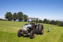 Allemagne, Oberland bavarois, Tracteur à l'Auerberg — Photo de stock
