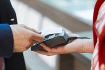 Kontaktloses Bezahlen mit Kreditkarte — Stockfoto