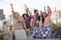 Freunde tanzen Party auf dem Dach, Los Angeles, Usa — Stockfoto