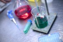 Fioles et équipements de laboratoire sur table — Photo de stock