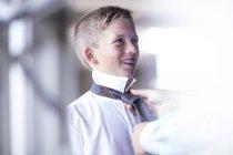 Кавказский мальчик галстук был закреплен — стоковое фото