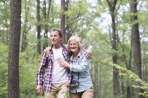 Heureux couple sénior mignon embrasser et marcher dans le parc — Photo de stock