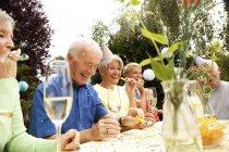 Пенсіонери, святкування дня народження oarty в саду — стокове фото