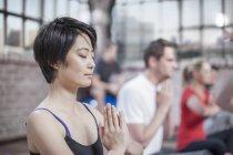 Молодая женщина, занимающаяся медитацией йоги в студии — стоковое фото