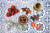 Соленые сушеные и свежие помидоры — стоковое фото