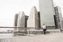 Donna d'affari che cammina a Manhattan, New York, Stati Uniti — Foto stock