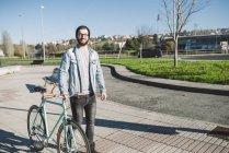 Casual jovem caminhando com fixie bike em um parque, Ferrol, Galiza, Espanha — Fotografia de Stock