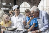 Chef with group of learners  sampling food — Stock Photo