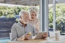 Senior couple doing online payment with credit card — Stock Photo
