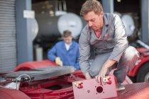 Tecnico in camion produzione lavorando su camion container — Foto stock