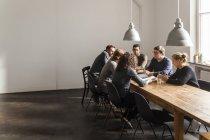Coworkers avendo una riunione in ufficio moderno — Foto stock