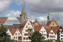Old Town with Glass Pyramid of the central library and the Ulm Minster, Ulm, Baden-Wrttemberg, Germany — Stock Photo