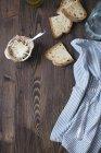Parmigiano, fette di pane bianco, panno e forcella su legno scuro — Foto stock