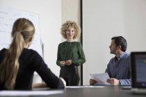 Selbstbewusste Geschäftsfrau in Vorstandsetage bei einer Präsentation — Stockfoto