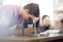 Naturwissenschaftsstudent im Unterricht schaut durchs Mikroskop — Stockfoto