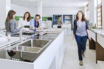 Persone nel negozio di idraulica ottenendo cliente consulenza — Foto stock