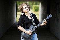 Donna felice che suona la chitarra — Foto stock