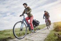 Couple à vélo à travers le marais salé — Photo de stock
