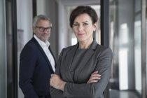 Imprenditrice in piedi in ufficio — Foto stock