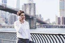 Empresária falando ao telefone — Fotografia de Stock