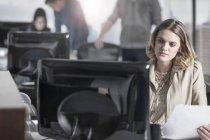 Случайные работницы на компьютере в среде занят — стоковое фото