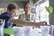 Учень тягнутися до заводу у діяльності групи фотосинтезу — стокове фото