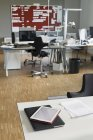 Moderne Büroeinrichtung mit Arbeitsplätzen — Stockfoto