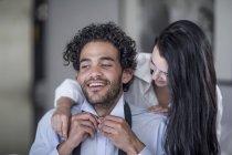 Giovane coppia vestirsi in camera da letto e abbracci — Foto stock