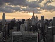 Fotografía aérea de Midtown Manhattan al atardecer escénico, Nueva York, Nueva York, EE.UU. - foto de stock